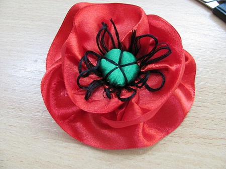 ...делаем цветы из атласной ленты, мастер-класс цветы из атласных лент.