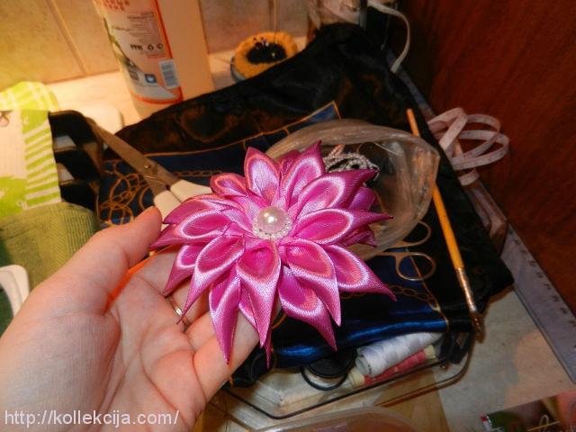 как сделать цветок из атласной ленты.