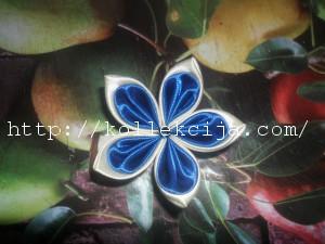 Цветок из лепестков канзаши