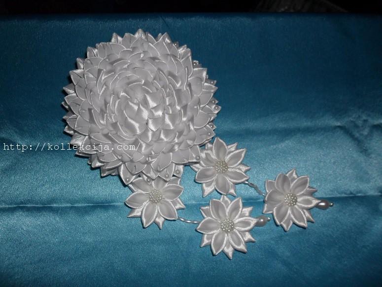 Пышный цветок из атласной ленты своими руками фото