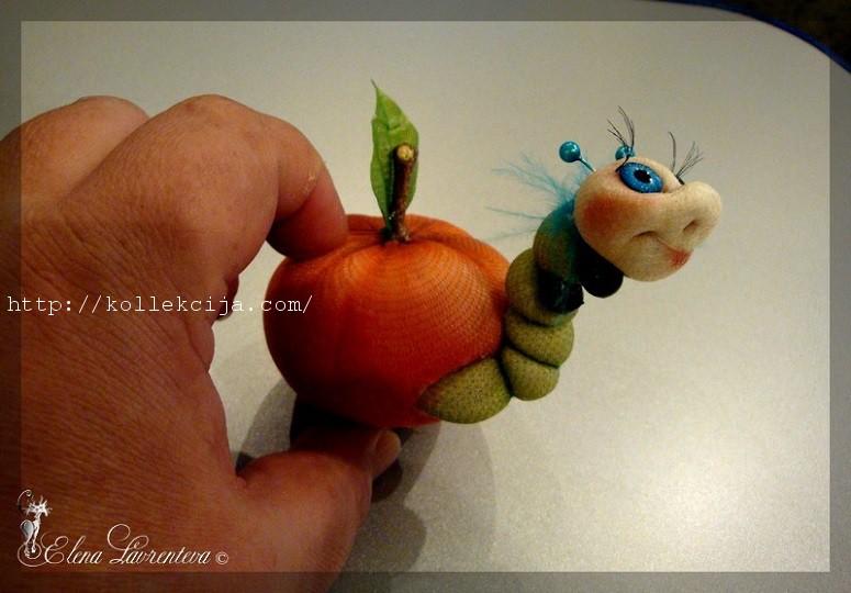 Гусеница в яблоке